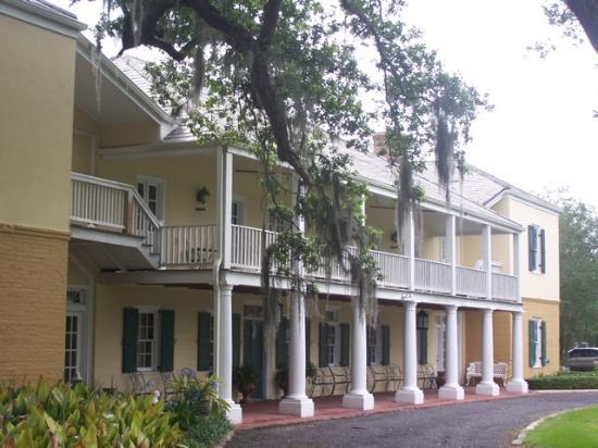 Ormond Plantation Manor House: Front of mansion showing long balcony