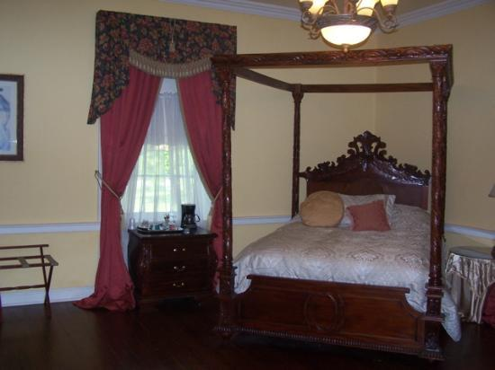 Ormond Plantation Manor House: One of the bed and bath rooms