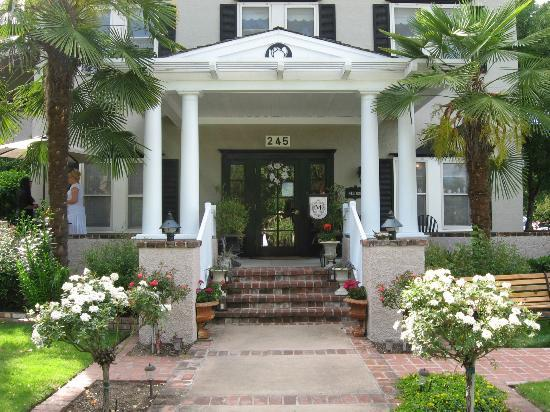 Magnolia Inn Entrance