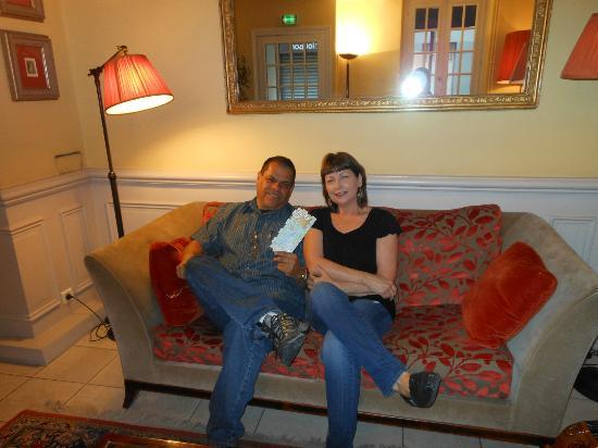 Hotel des 3 Poussins: Relaxing in the Lobby, planning our day