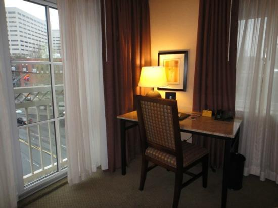 Silver Cloud Hotel - Seattle Broadway: Desk and windows
