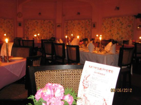 Windamere Hotel: Dinners are always by candlelight. Menu on table.