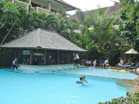 Hotel Kumala Pantai: Pool bar at the smaller second pool