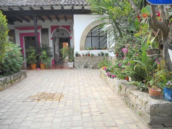 Posada Casa Juana: Vista hacia la salida desde uno de los corredores