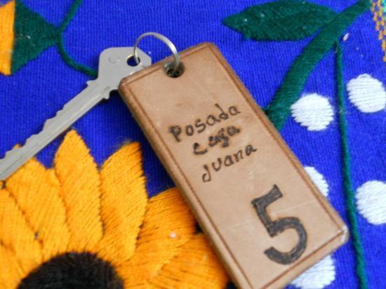 Posada Casa Juana: Te dan tu llave de habitación y de la entrada de la casa