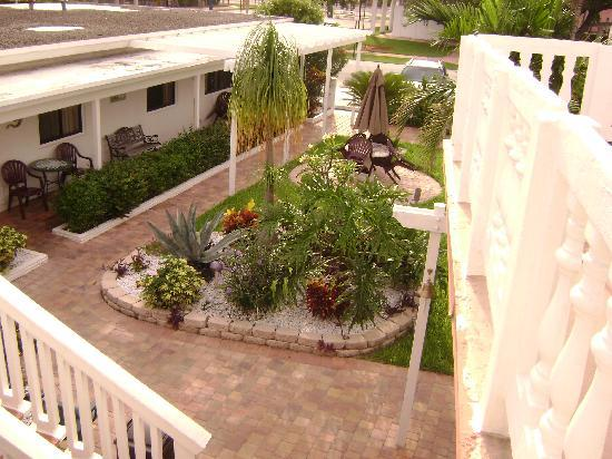 Breakaway Inn: Balcony view of gardens