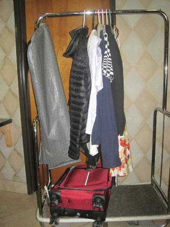 BEST WESTERN Lanai Garden Inn & Suites: Hanged clothes on the rack