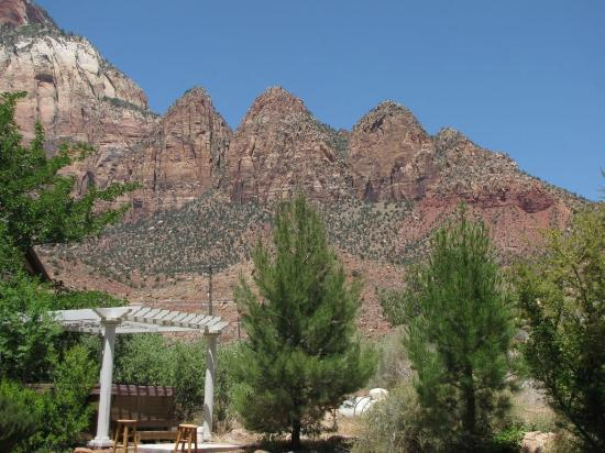 Novel House Inn at Zion: The jacuzzi surrounded by the mountains