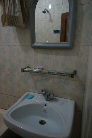 Hotel Lucky Star: Bathroom