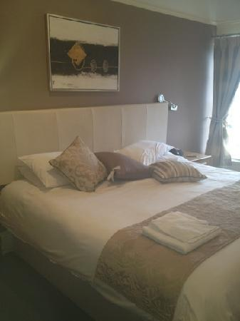 The Queen Hotel : our lovely room :)