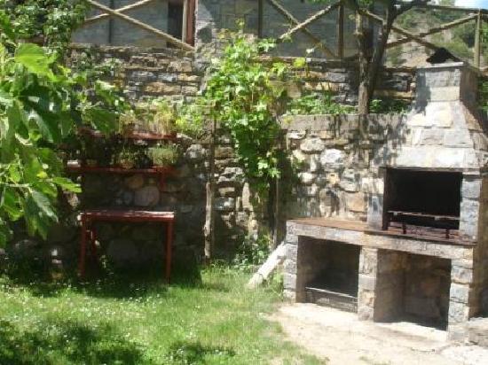 Barbacoa en el jardin fotograf a de casa sofia turismo for Barbacoa piedra volcanica jardin