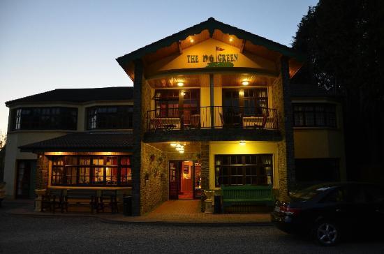 19th Green Killarney: Hotel at night