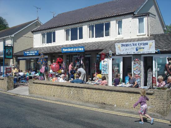 Amroth, UK: Pirates Ice Cream Parlour and Beach shop