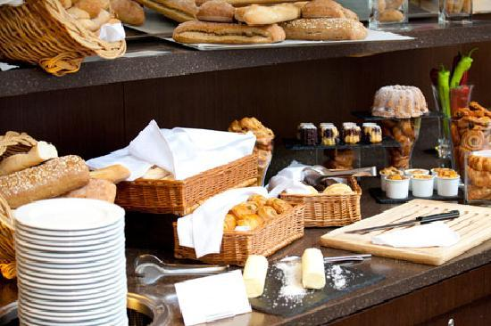 Atrium Sunday Brunch: Selection of French bread and pastries