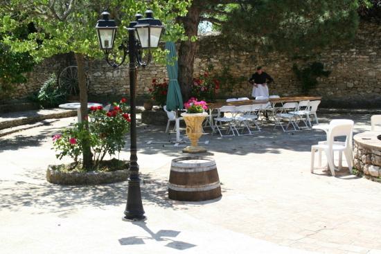 دوماين دو لا رينود: Courtyard during the day 