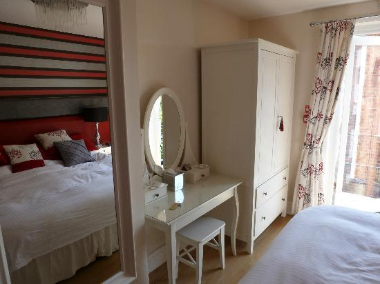 The Leicester: Light and airy bedroom
