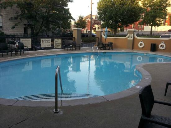 Hampton Inn Nashville / Vanderbilt: Pool - early in the morning