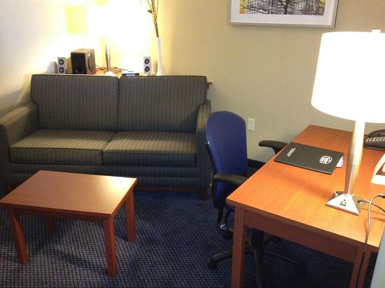 Fairfield Inn & Suites by Marriott Montreal Airport: Room 815 - Desk, Sofa and iPod Stereo Speakers