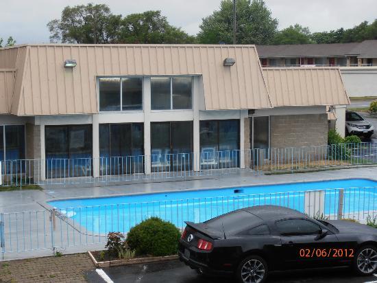 Niagara Lodge & Suites: vue piscine interieur et piscine exterieur