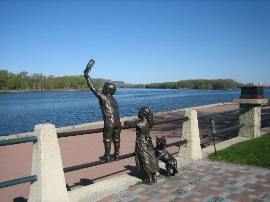 Radisson Hotel La Crosse: sulpture in Riverside Park behind the Radisson