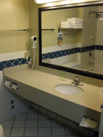 Chateau Bedford: Bathroom - Standard Room