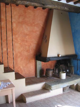 Casale Il Caggio: Our apt's fireplace