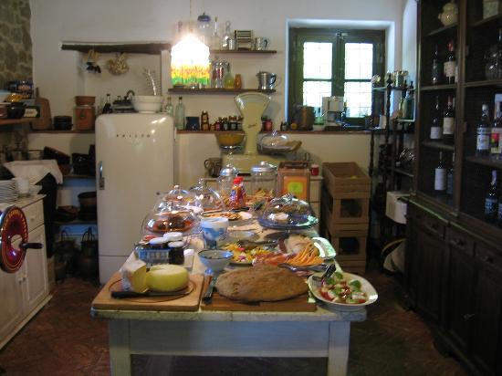 Casale Il Caggio: Breakfast is served!