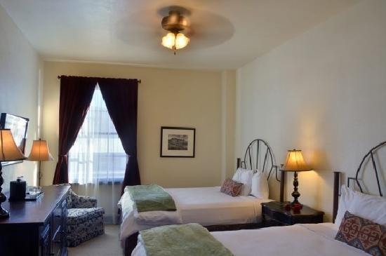 Holland Hotel: Classic Room Two Queen Bed