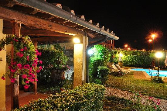 Hotel le Volpaie: garden by  night