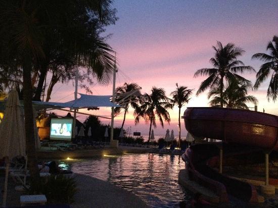 Hard Rock Hotel Penang : Pool area during sunset