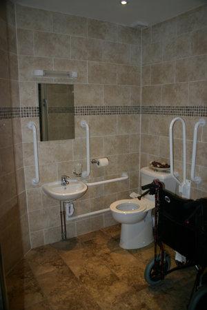 Queens Guest House : Handicap Accessible Bathroom