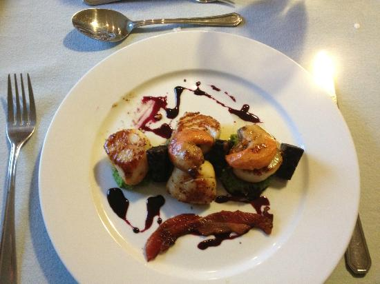 Greenway, UK: Scallops, Pea Puree, Black Pudding and Bacon Wafer Starter - mmmmmm