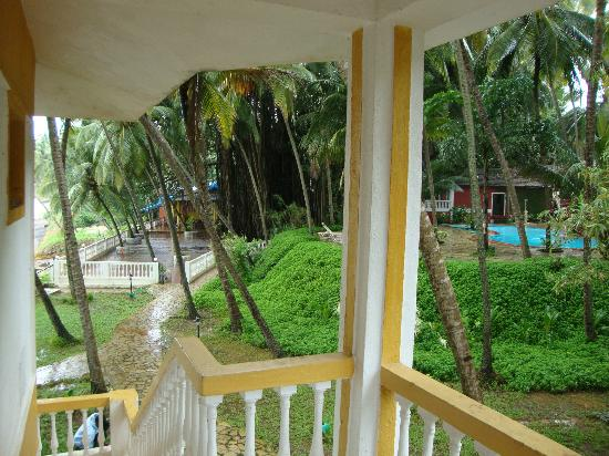 Bambolim Beach Resort: Garden restaurant and swimming pool view from room