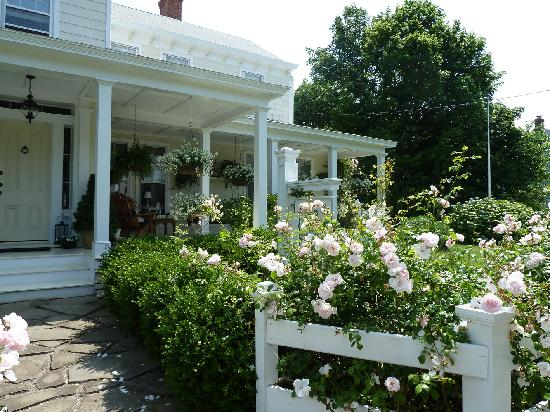 The Morning Glory Bed & Breakfast: Beautiful gardens!