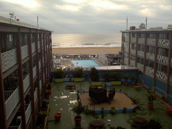 Flagship Hotel Oceanfront: this was my view when i woke up Saturday morning from the courtyard rooms. it was so beautiful