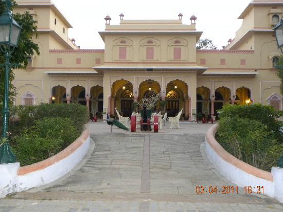Narain Niwas Palace: hotel entrance