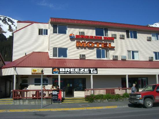 The Breeze Inn: Annex building that faces the small boat harbor and mountains.Larger/newer bldg behind this one.