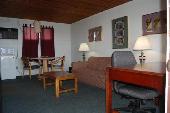 Queen Ann Motel: Room With Suite