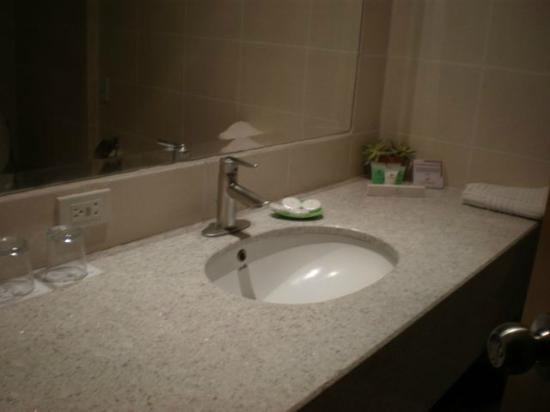 Hotel Kimberly: Bathroom sink