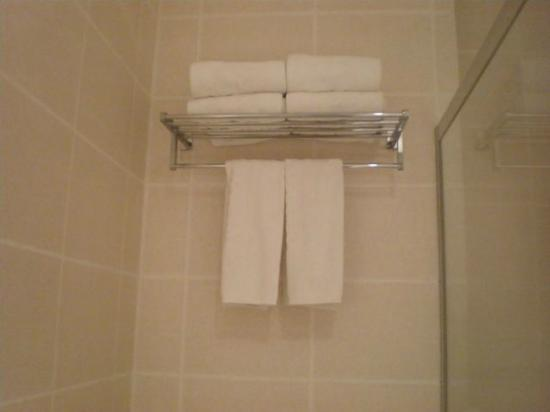 Hotel Kimberly: Bathroom towels