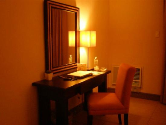 Hotel Kimberly: Desk at premier suite
