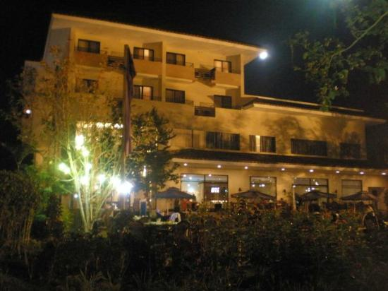 Hotel Kimberly: Hotel view at night