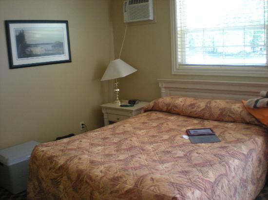 Royal Inn + Suites : Basic Room