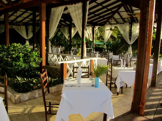 Ti Kaye Resort & Spa: Open aire dining