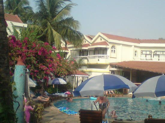 Whispering Palms Beach Resort : Relaxing by the pool