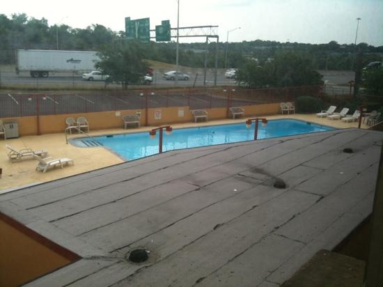 Quality Inn & Suites Downtown Nashville : Outdoor pool