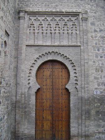 Puerta mudéjar.: fotografía de Iglesia de Santiago del Arrabal, Toledo - Trip...