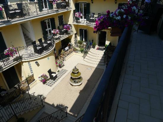 Aurelia Vatican Apartments: View of courtyard