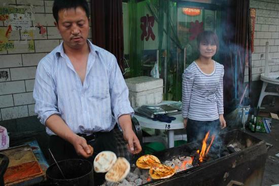 Jiu Gang Hotel: Local food market near hotel
