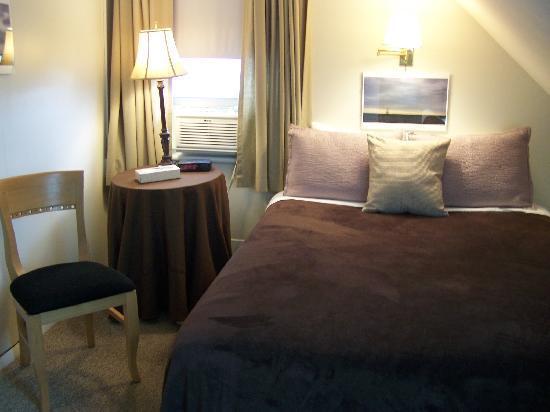 Victoria House: Room 6 (Queen Shared Bath)